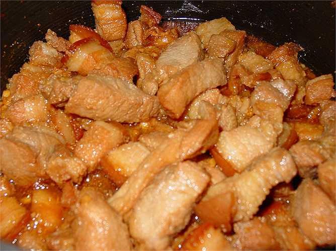 Thịt mỡ: Thịt mỡ khiến đàn ông trở nên… bất lực. Chất béo bão hòa và cholesterol khiến các mạch máu, bao gồm mạch máu dẫn máu đến cơ quan sinh dục hẹp lại. Trong khi đó, nếu không được cung cấp đủ lượng máu khi 'yêu', 'cậu nhỏ' sẽ rất khó lên đỉnh.
