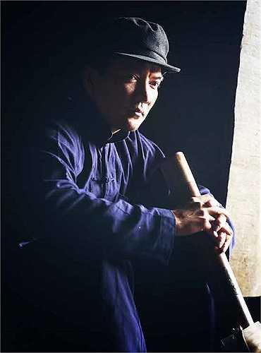 Từ một giọng ca hàng đầu với gu thời trang sành điệu, Đàm Vĩnh Hưng sẵn sàng nhuộm răng đen, mặc quần áo nhàu nhĩ như một ông lão người dân tộc thiểu số và cầm điếu hút thuốc lào phì phèo.