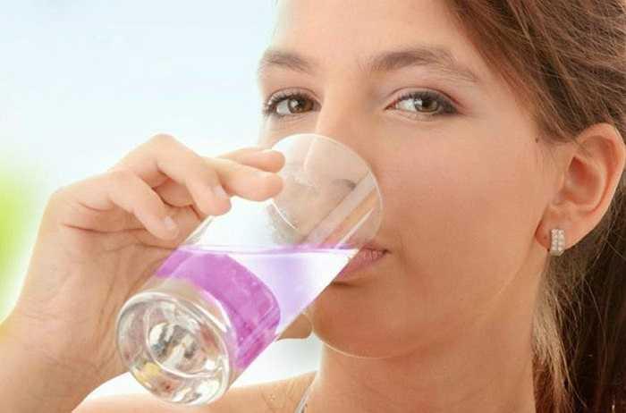 2. Không uống đủ nước: Nước là chìa khóa cho sự trao đổi chất trong cơ thể, giữ cho các tế bào khỏe mạnh và cơ thể đủ nước.