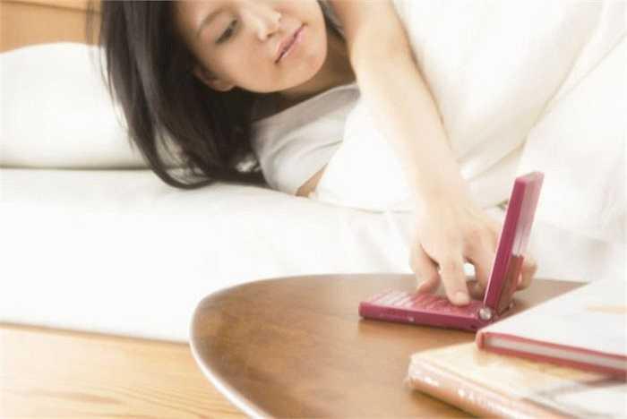 11. Ngủ gần điện thoại: Sóng bức xạ của điện thoại di động gây ảnh hưởng rất lớn đến não. Nó có thể tác động lên hệ thần kinh trung ương, dẫn đến các triệu chứng như đau đầu, mất ngủ, ngủ mê, rụng tóc...