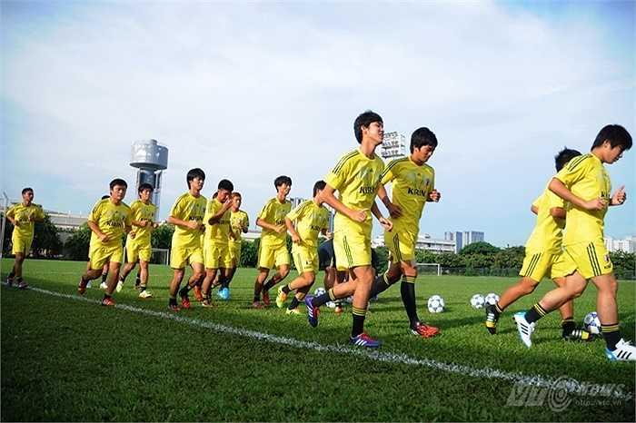 Các cầu thủ Nhật Bản có buổi tập trên sân Mỹ Đình sau khi đặt chân xuống sân bay Nội Bài trưa 3/9