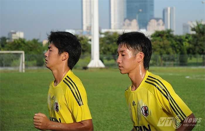 Ngoài những phút thả lỏng, các cầu thủ U19 Nhật Bản đều tỏ ra cực kỳ tập trung dù chỉ phải thực hiện những bài chạy bền quanh sân