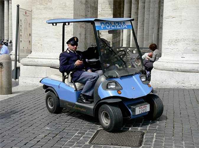 Cảnh sát tại thành phố Vatican rất có phong cách. Họ đi chuyển bằng xe chơi golf, mẫu xe được thiết kế bởi Tonio, con trai Ferruccio Lamborghini.