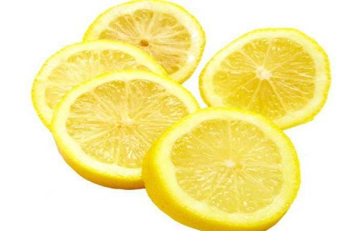 Nước chanh: Nước chanh chứa nhiều acid citric và acid ascorbic, còn được gọi là vitamin C. Axit ngăn chặn các vi sinh vật phát triển trong thực phẩm và làm hư thực phẩm. Vitamin C cũng là một chất chống oxy hóa mạnh mẽ, ngăn chặn quá trình oxy hóa thực phẩm.