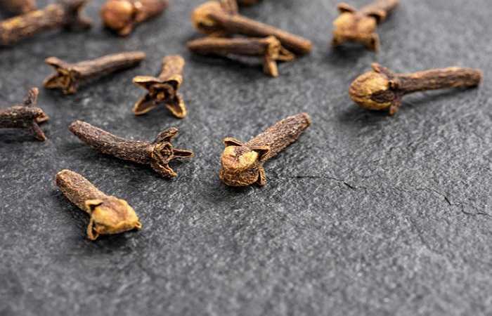 Đinh hương: Đinh hương đã được sử dụng từ hàng ngàn năm trong y học Ấn Độ và Trung Quốc như là một chất bảo quản tự nhiên. Chúng chứa hàm lượng cao các hợp chất phenolic, có đặc tính chống oxy hóa, bảo quản thực phẩm bằng cách ngăn chặn sự phát triển của nấm và vi khuẩn.
