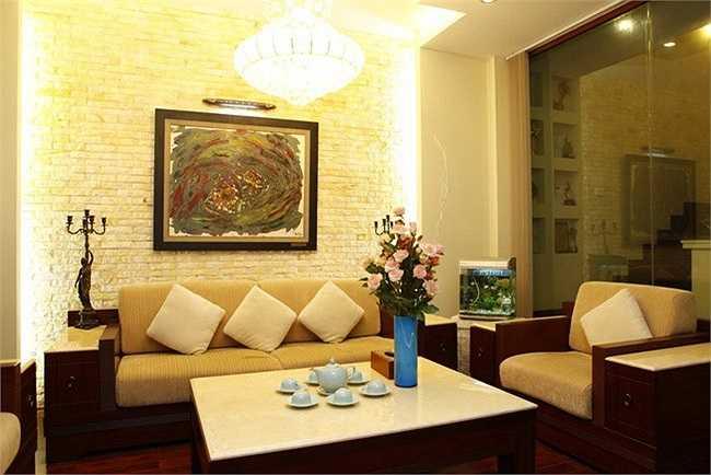 Hồ Quỳnh Hương từng sống trong một ngôi nhà khang trang nằm trên phố Trương Định, Hà Nội. Đặc biệt, ngôi nhà đã phải đập đi, sửa lại tới 4 lần, tiêu tốn rất nhiều tiền của cũng như thời gian