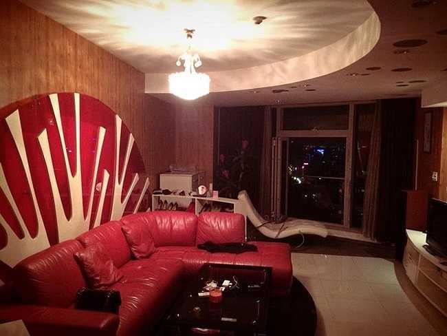Căn hộ của được thiết kế sang trọng, lấy tông màu nâu - đỏ làm chủ đạo nhằm tạo không gian ấm cúng. Tường nhà được ốp bằng gỗ, nội tất trong phòng thiết kế trẻ trung, hiện đại.