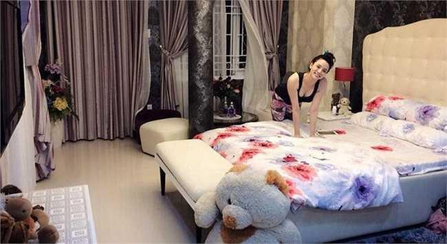 Người mẫu Trang Nhung cũng có lần khoe căn hộ mình sống với người hâm mộ. Đó là căn phòng rộng rãi với giường ngủ lớn màu trắng, rèm cửa sổ lãng mạn, gấu bông đáng yêu