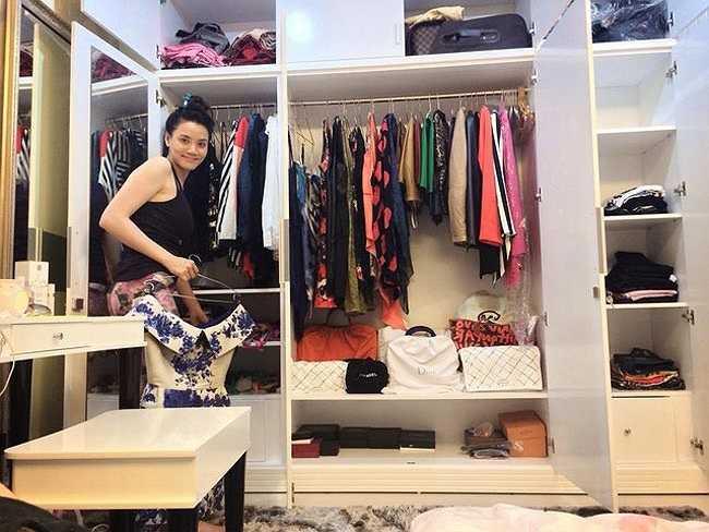 Dù sống một mình nhưng người đẹp rất ngăn nắp. Căn phòng mà Trang Nhung khoe với bạn đọc khiến nhiều người cho rằng cô là người rất điệu đà và ngọt ngào.