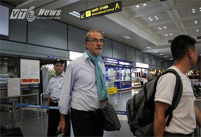 Xuất hiện đầu tiên ở cửa sân bay là HLV trưởng U19 Myanmar - Gerd Zeise.