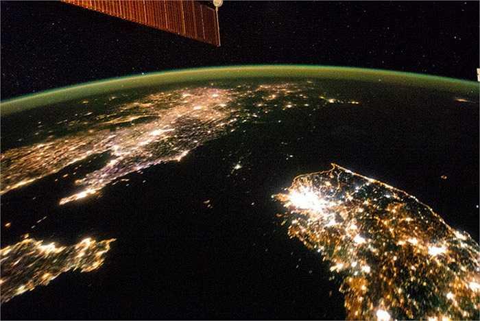 Sự tương phản giữa Triều Tiên và Hàn Quốc về đêm. Triều Tiên ở trung tâm bức ảnh hầu như không có ánh sáng trừ thì thủ đô Bình Nhưỡng trong khi các láng giếng là Hàn Quốc và Trung Quốc thì giống như đại dương ánh sáng.