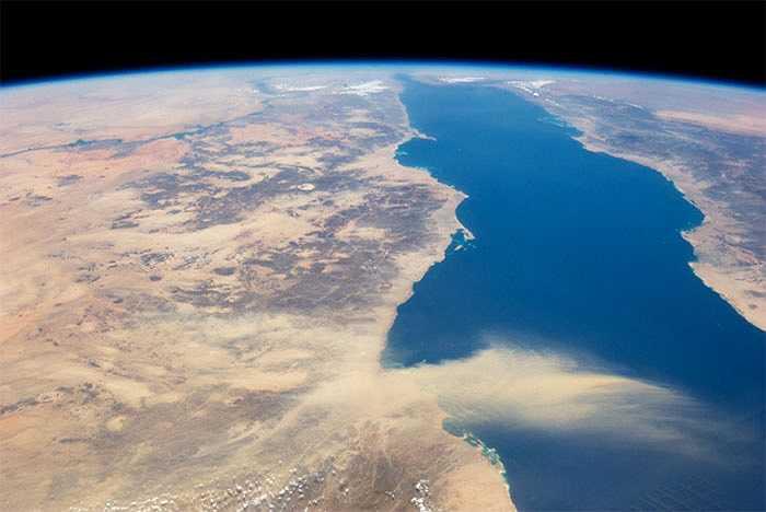 Bão cát di chuyển với tốc độ lên đến 160 km mỗi giờ. Có nhiều trận bão cát rất lớn có thể quan sát từ trạm ISS như bức ảnh trên khi hàng triệu tấn cát bay ngang qua Biển Đỏ.