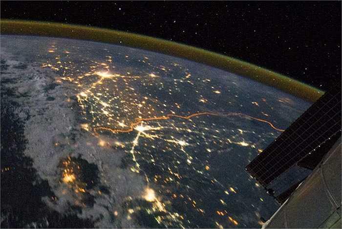 Biên giới giữa Ấn Độ và Pakistan nhìn từ Trạm Không gian quốc tế (ISS) như một đường màu cam dài 2.900 km giữa rừng ánh sáng từ các loại đèn trong thành phố vào ban đêm.