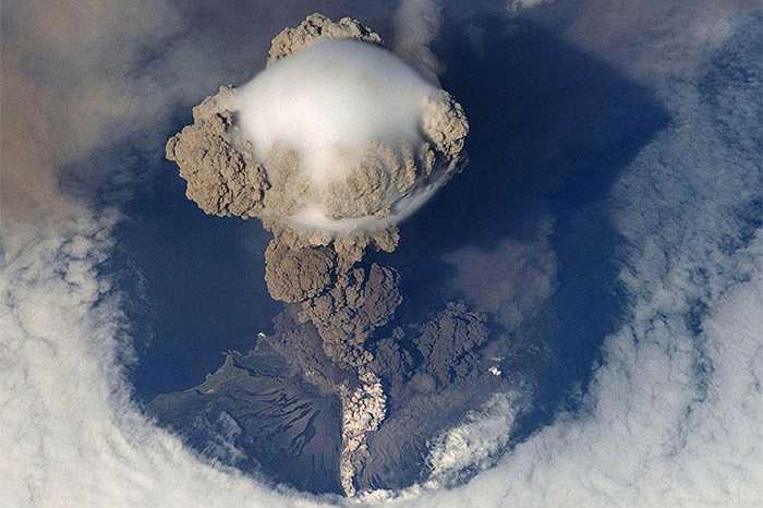 Hiện tượng núi lửa phun trào đều có thể quan sát từ ngoài trái đất. Bức ảnh là lần bùng nổ năm 2009 của ngọn núi Sarychev ở phía tây bắc Thái Bình Dương. Đám khói bụi bị hất văng lên không trung tạo nên cột nấm ấn tượng hiện ra trước mắt các nhà du hành.
