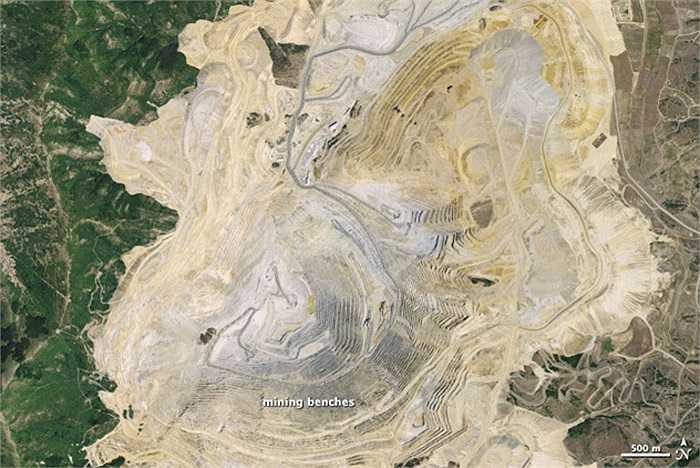 Mỏ lộ thiên Bingham Canyon còn gọi là mỏ đồng Kennecott, nằm ngoài thành phố Salt Lake, Utah. Với độ sâu 4,4 km, rộng 1,2 km hai tòa nhà Empire State xếp chồng lên nhau cũng chưa đạt tới độ sâu của mỏ này.