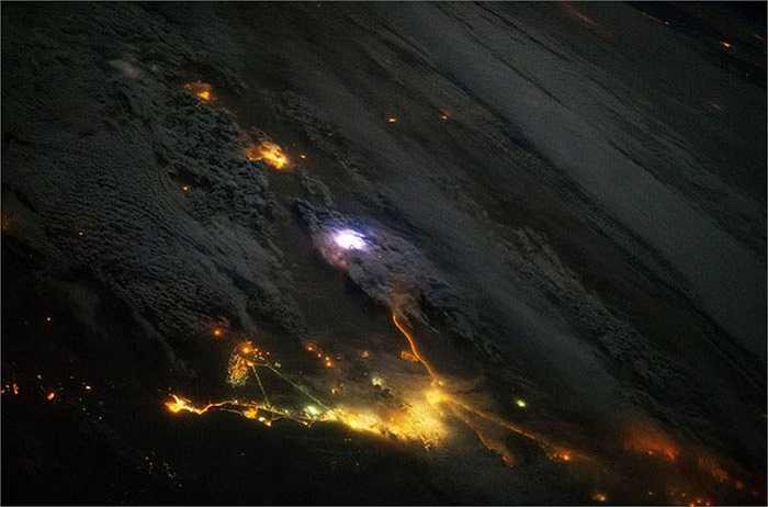 Sấm chớp xen lẫn với đèn ánh đèn vàng từ các thành phố của Kuwait và Saudi Arabia ngày 12/12/2013.