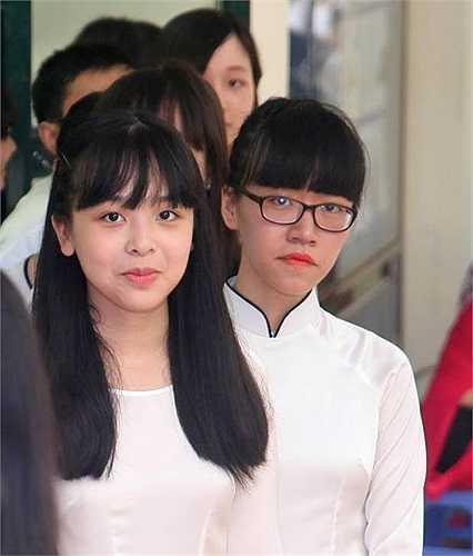 Những nữ sinh xuất sắc chuẩn bị nhận học bổng của trường