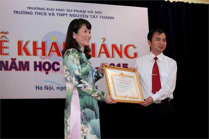 Với những thành tích xuất sắc trong năm học vừa qua, nhà trường đã nhận được nhiều danh hiệu cao quý. Trường được công nhận là 1 trong 12 trường có thành tích xuất sắc trong nghiên cứu khoa học của thành phố Hà Nội và vinh dự được Chủ tịch UBND TP Hà Nội tặng bằng khen.