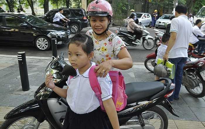 Có mặt tại trường tiểu học Nghĩa Tân (quận Cầu Giấy, Hà Nội), chúng tôi cảm nhận rõ không khí tưng bừng của ngày tựu trường. (Ảnh: Minh Chiến)