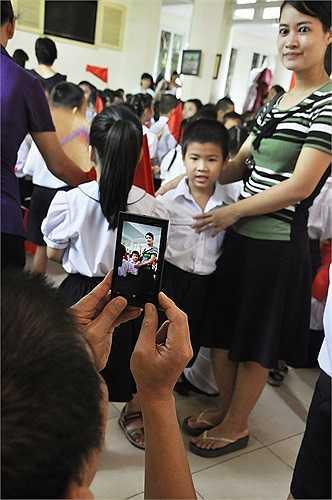 Bố mẹ lưu lại khoảnh khắc ngày tựu trường đầu tiên của con trai. (Ảnh: Minh Chiến)