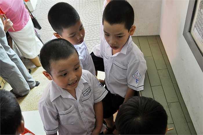 Những cậu học trò đã kịp làm quen nhau và có nhiều câu chuyện rôm rả về lớp mới, bạn mới. (Ảnh: Minh Chiến)