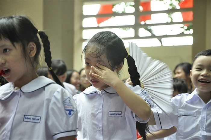 Đứng vào hàng cùng các bạn...vẫn còn rơi nước mắt. (Ảnh: Minh Chiến)