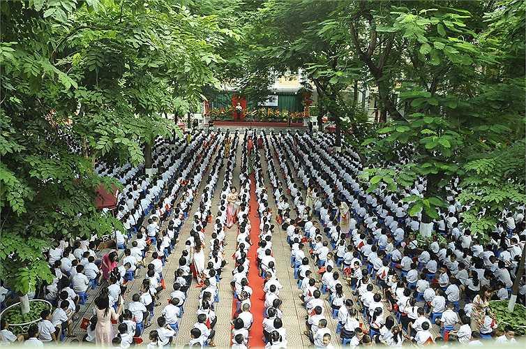 Khối học sinh lớp 1 được bố trí ngồi giữa sân trường trong lễ khai giảng trường Tiểu học Nghĩa Tân. (Ảnh: Minh Chiến)