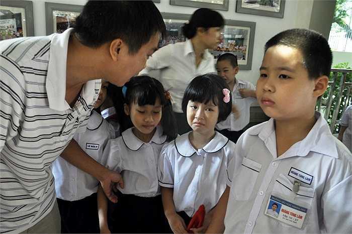 Gia nhập môi trường học tập mới, nhiều trẻ còn sợ hãi, khóc nhè khi đứng tập trung trong hàng ngũ với các bạn cùng lớp. (Ảnh: Minh Chiến)