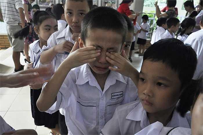Nam học sinh này cũng khóc nhè khi bố mẹ đưa tới trường khai giảng. (Ảnh: Minh Chiến)