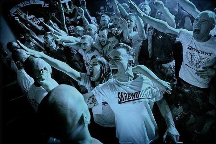 Những người tham gia buổi biểu diễn nhạc rock tại Rome có kiểu chào giống Đức Quốc Xã trước đây