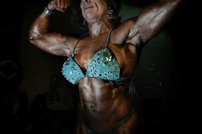 Silvia, một VĐV thể hình quốc tế gồng người trước khi tham gia một cuộc thi ở Palermo, Italia