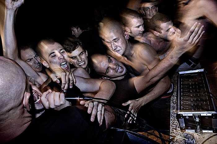 Các chàng trai nhảy vào hỗn chiến trong một buổi nhạc rock mang phong cách Đức Quốc Xã ở Padova, Italia