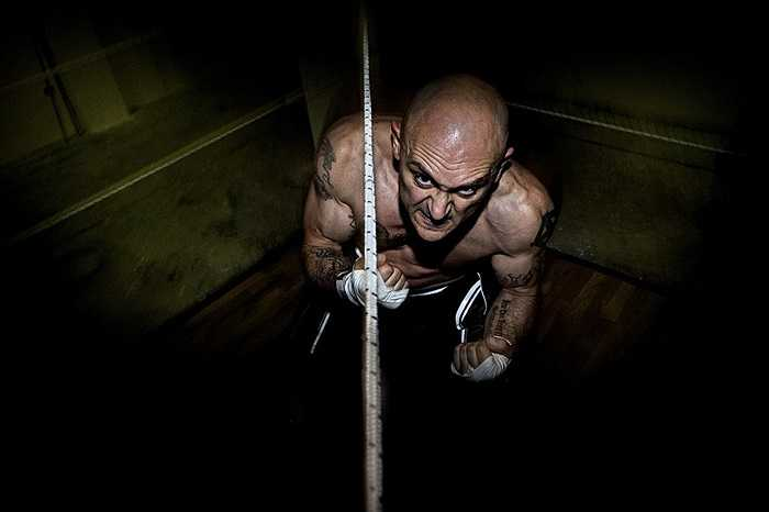 Armando, một võ sĩ quyền Anh nghiệp dư, luyện tập tại nhà riêng ở Rome