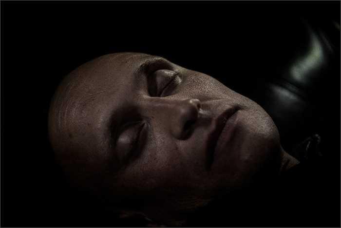 Một người theo chủ nghĩa cực hữu nằm ngủ sau một ngày dài lao động