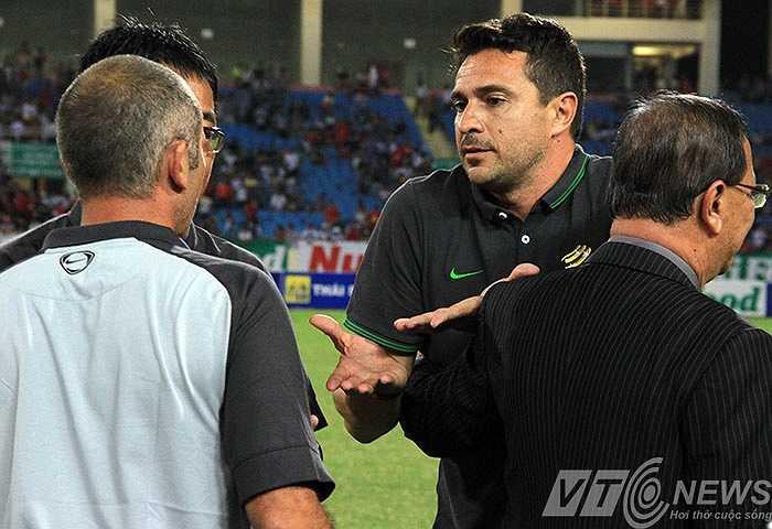 Tuy nhiên HLV của U19 Việt Nam rất bình tĩnh, tỏ thái độ hòa nhã của chủ nhà