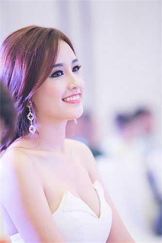 Hoa hậu Việt Nam 2006 luôn thu hút mọi sự chú ý mỗi khi xuất hiện nhờ những bộ cánh khéo léo phô diễn sự gợi cảm.