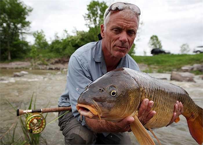 Jeremy Wade bên cạnh một con cá khổng lồ mới câu được