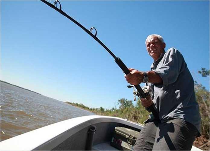 Buông cần giật cá trên một dòng sông ở Argentina