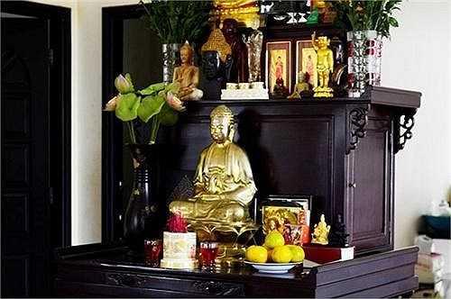 Là người theo đạo Phật, nên trong nhà Việt Trinh tràn ngập không gian của Phật.
