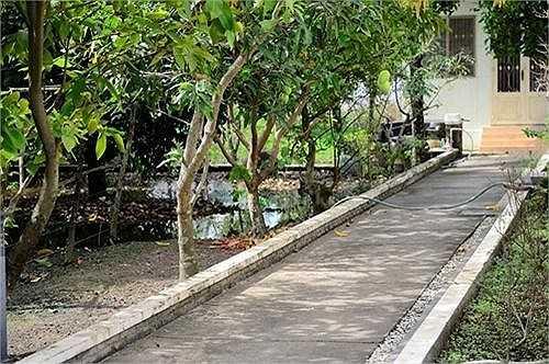 Đi sâu hơn là lối đi riêng dẫn ra phía vườn cây ăn trái.