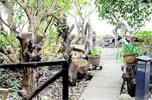 Con đường được xây gần gũi với thiên nhiên với phần đá thô xếp đặt ngay ngắn dẫn qua một lối đi có tay vịn làm bằng cây tự nhiên.