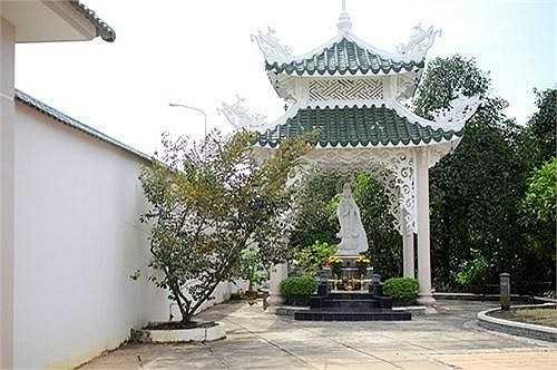 Với tường rào cao, cổng lớn được xây kiên cố, dường như Việt Trinh muốn tránh sự dòm ngó, tò mò của người xung quanh.