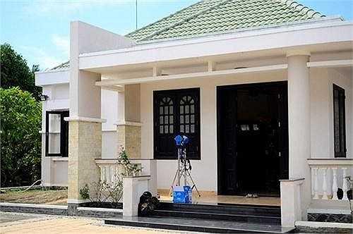 Nhìn từ phía ngoài, nơi ở của Việt Trinh giống với một ngôi biệt thự xa hoa lộng lẫy.
