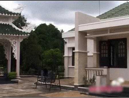 Tuy nhiên, khi bước vào trong, căn nhà của Người đẹp Tây Đô không hoành tráng như bên ngoài.