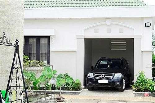 Chiếc Mercedes này đã gắn bó với Việt Trinh từ khá lâu nay.