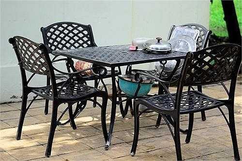 Phía sân sau của phòng bếp là bộ bàn ăn được làm bằng sắt, nơi sáng sớm và trưa Việt Trinh dùng bữa cùng quý tử.