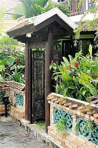 Hồng Nhung yêu những không gian cổ kính và yên tĩnh, nên phong cách bài trí ngôi nhà cũng theo sở thích đó. Cánh cổng đậm chất hoài niệm không gian Bắc bộ khiến người bước vào có cảm giác bình yên.