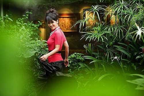 Hồng Nhung bay bổng trong khu vườn của chính mình.