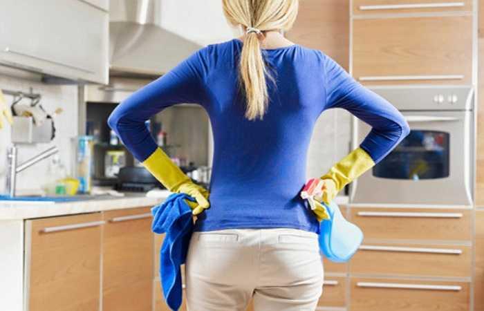 1. Bề mặt bếp và các thiết bị: Hầu hết mọi người có xu hướng nghĩ rằng nhà vệ sinh là nơi bẩn nhất và nhà bếp thường là sạch sẽ, nhưng trong thực tế thì ngược lại. Nghiên cứu cho thấy các miếng bọt biển rửa bát bẩn hơn 200,000 lần so với bồn cầu nhà vệ sinh.