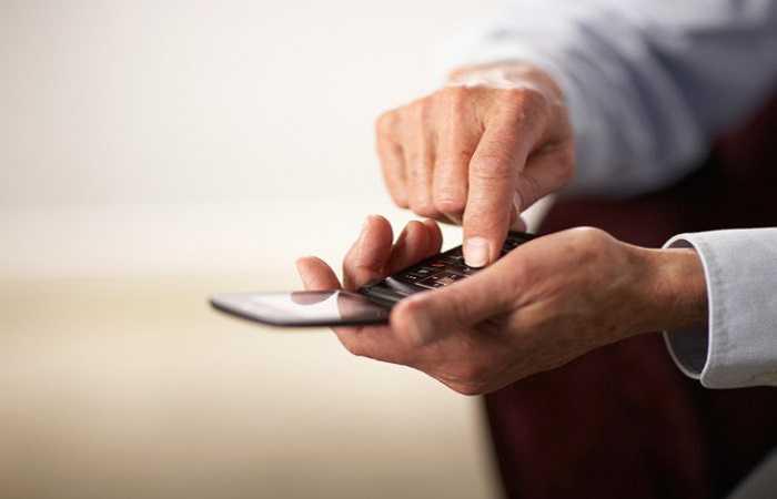 8. Điện thoại di động: Bạn sử dụng điện thoại di động thường xuyên, chuyển vi khuẩn từ bàn tay lên bàn phím và màn hình. Khi bạn gọi điện, hàng trăm triệu vi trùng từ miệng cũng được chuyển đến điện thoại, tích tụ tại những khe trống nhỏ trên điện thoại.